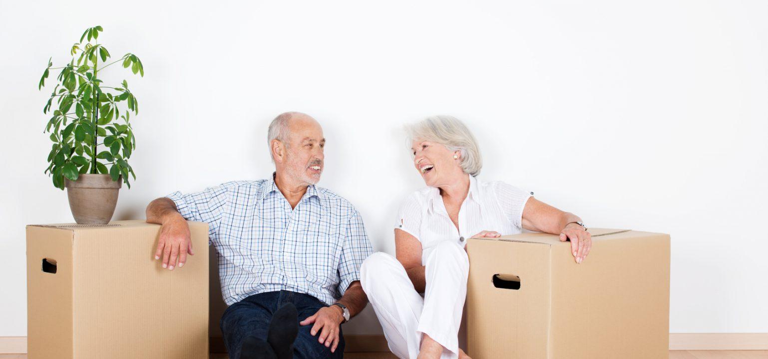 lachendes älteres paar beim umzug